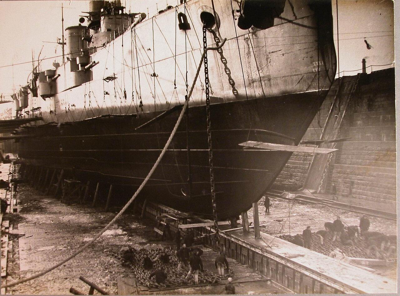 15. Рабочие за постановкой линейного корабля  в док