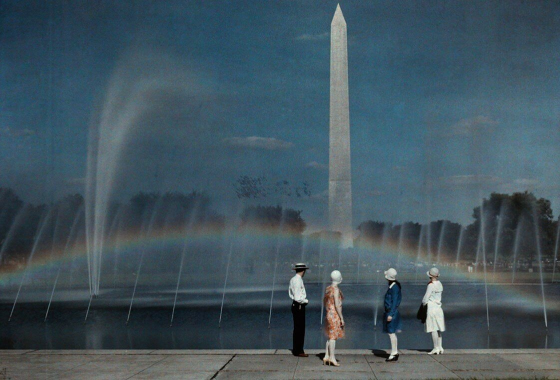 1935. США. Туристы восхищаются красотой и размером Монумента Вашингтона