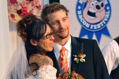 Американцы вступили в брачный союз на фестивале бекона