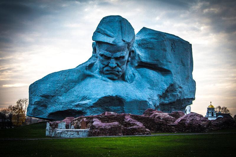 Монумент Мужество в крепости-герое