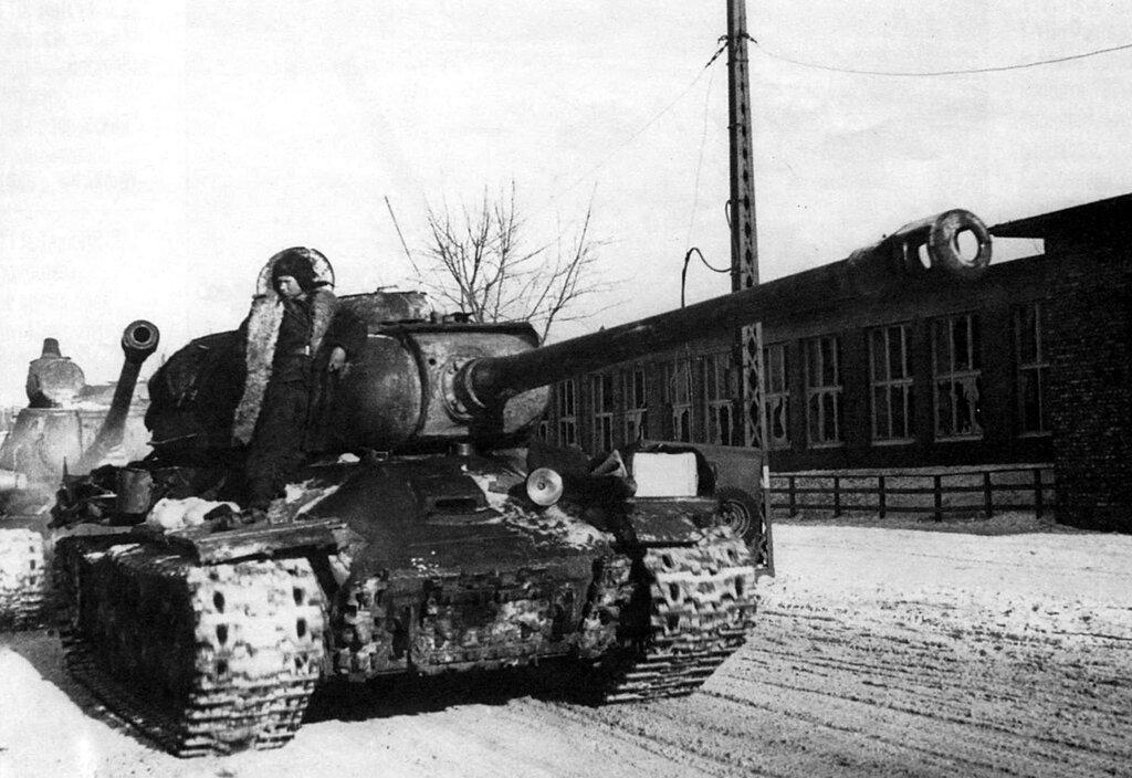 Советские танки ИС-2 1-го Белорусского фронта на улицах Познани. Февраль 1945