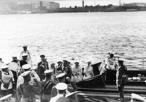 Император Николай II и члены императорской фамилии на катере Петергоф перед отплытием на императорскую яхту Штандарт после окончания чтения манифеста об объявлении войны Германии.