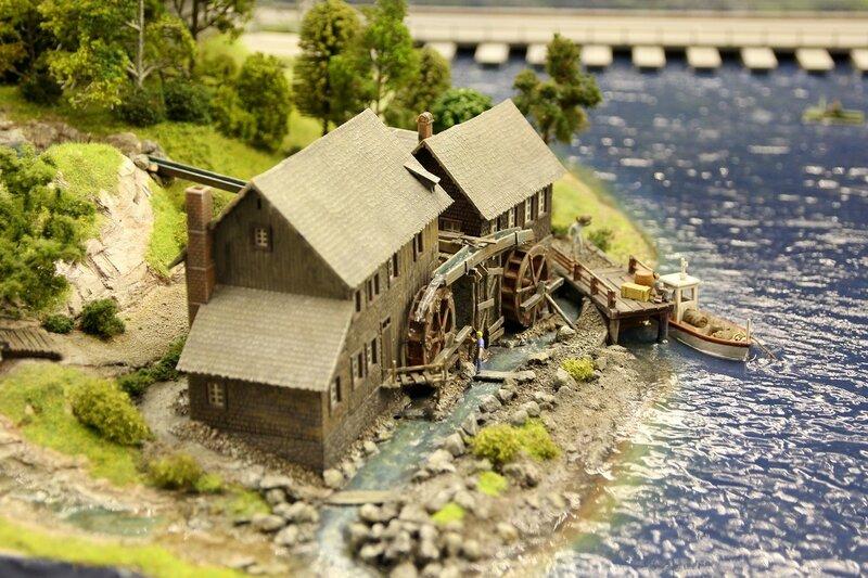 Гранд макет: водяная мельница рядом с шахтой на берегу реки