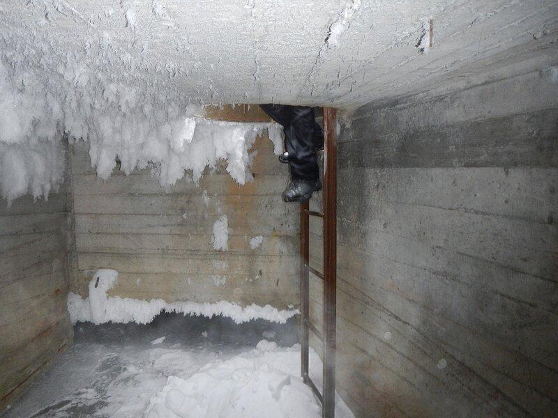 Ноги в люке в потолке тоннеля