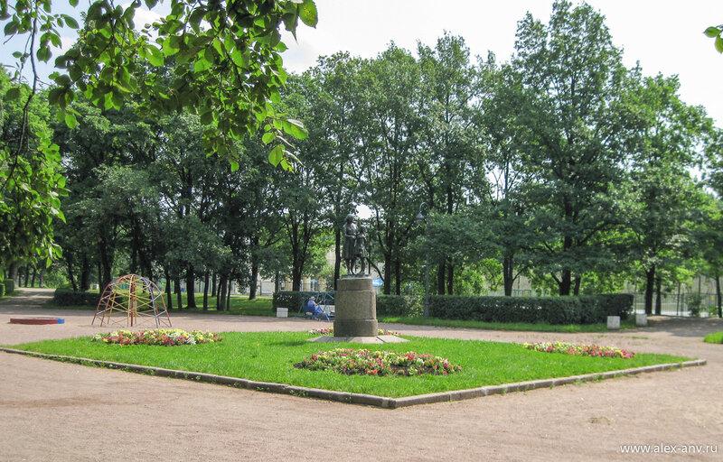 Московский парк Победы. В парке очень много скульптур. Они расставлены по всему парку и встречаются буквально на каждом шагу.
