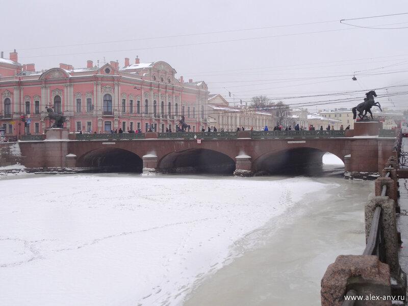 До революции этот мост носил название 'Мост восемнадцати яиц', затем два яйца убрали, и мост стал называться 'Мост шестнадцати яиц'.
