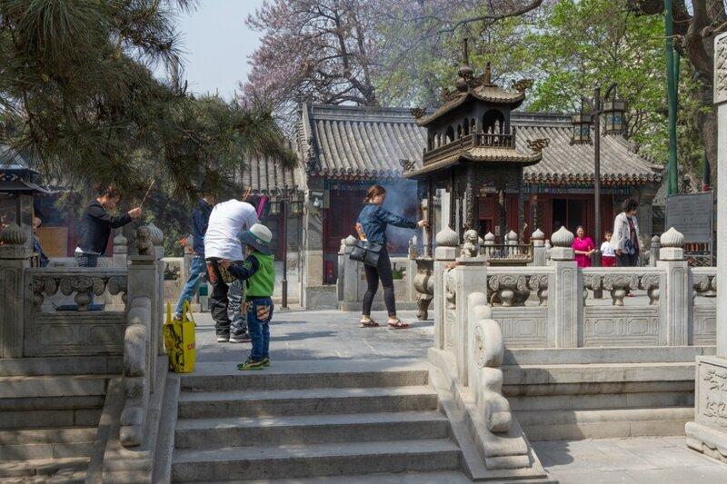 Верующие во дворе монастыря, храм Белого облака, Пекин