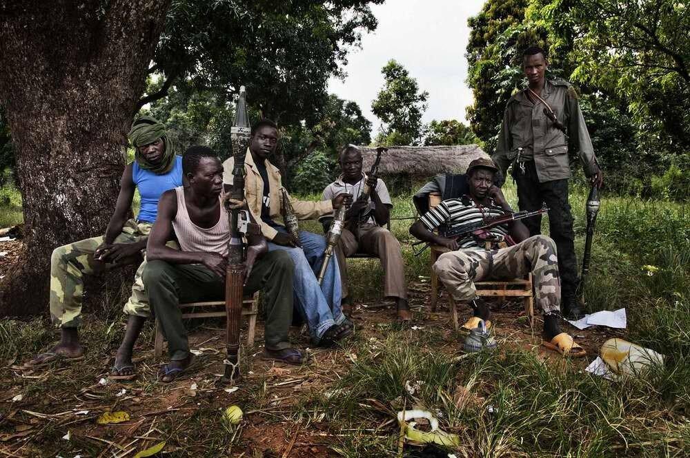 Бойцы мусульманской группировки Seleka сидят у КПП на дороге из города Босангое. Они занимаются тем, что ежедневно грабят всех проходящих мимо людей