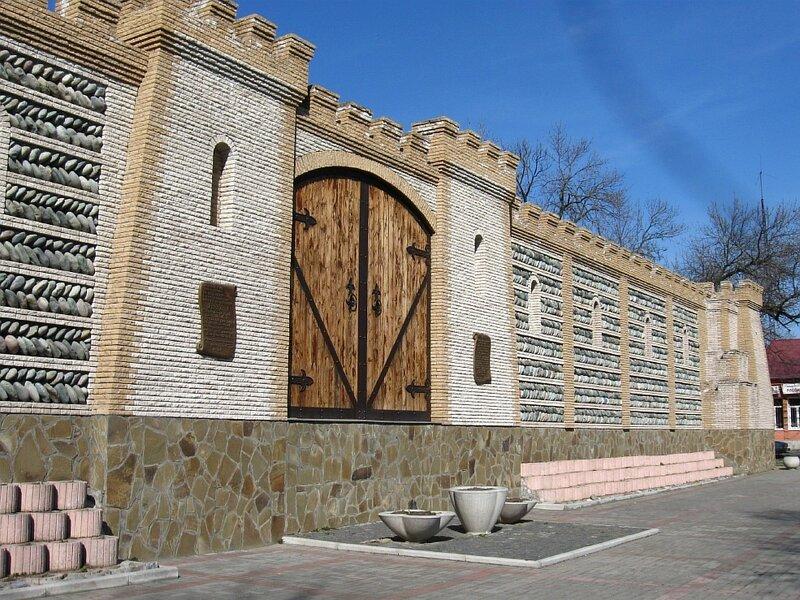 """Стана и как бы символизирующие """"ворота в город"""" Дзауджигкау. (Resize of IMG_5881.jpg)"""