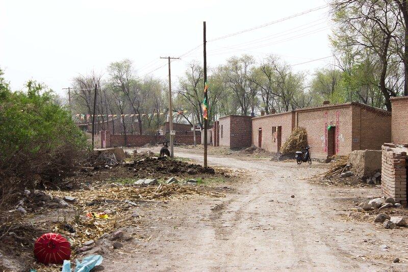 деревня и мусор в долине Хэтао, Внутренняя Монголия, Китай