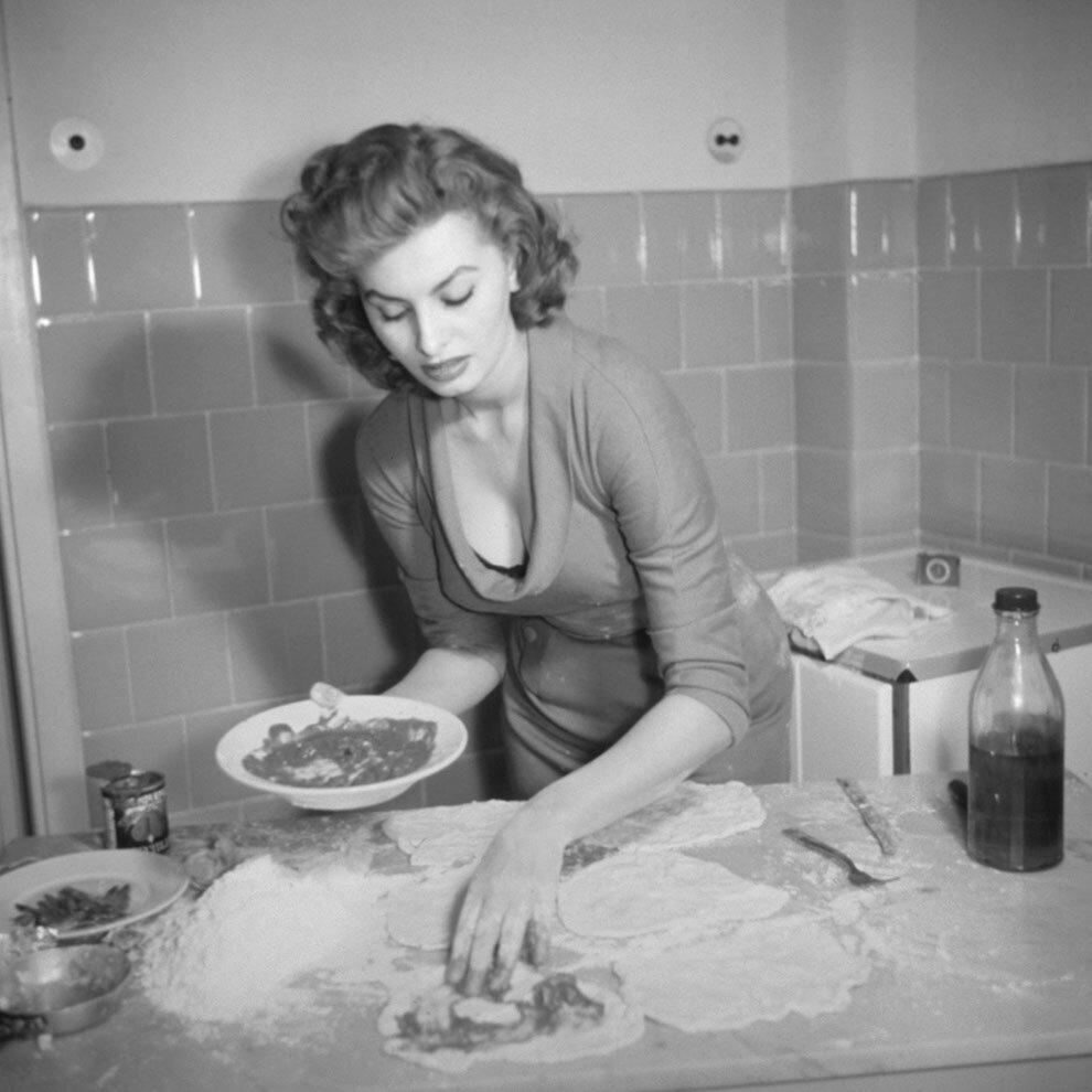 1965. Софи Лорен демонстрирует свое кулинарное искусство