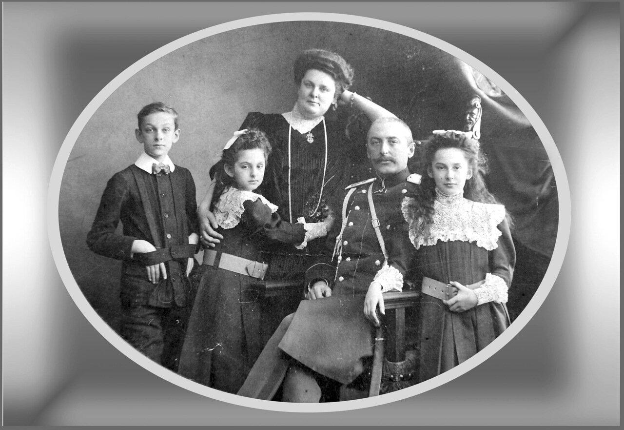 Князь Виктор Сергеевич Кочубей(1860-1923) с женой Еленой Константиновной и детьми