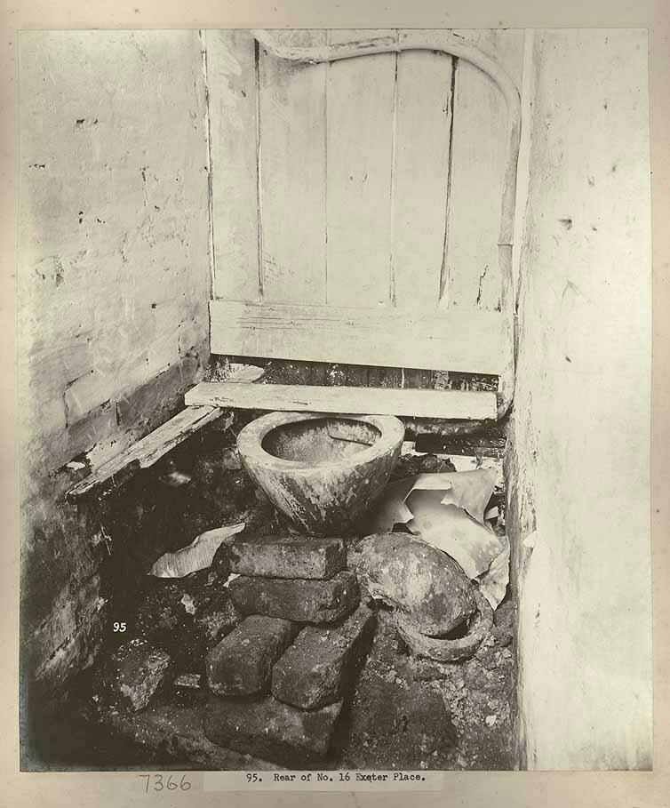Туалет во дворе дома № 16, Эксетер Плэйс