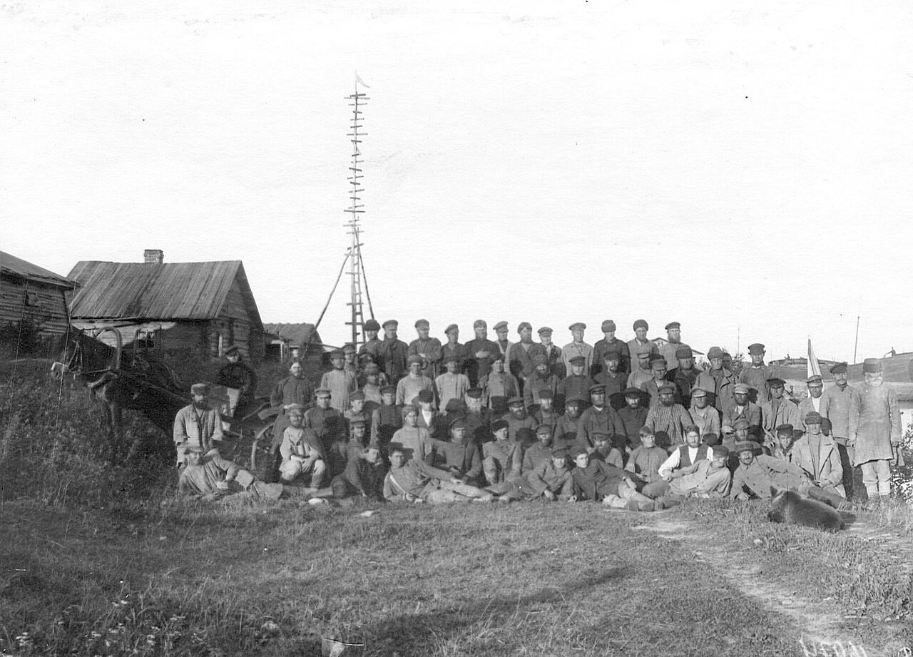 Группа рабочих на берегу Ладожского канала