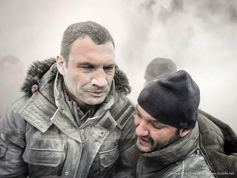 Евромайдан: Виталия Кличко обдали струей из порошкового огнетушителя