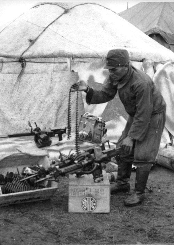 Японский солдат осматривает захваченный советский спаренный пулемет ШКАС. 1939 г.