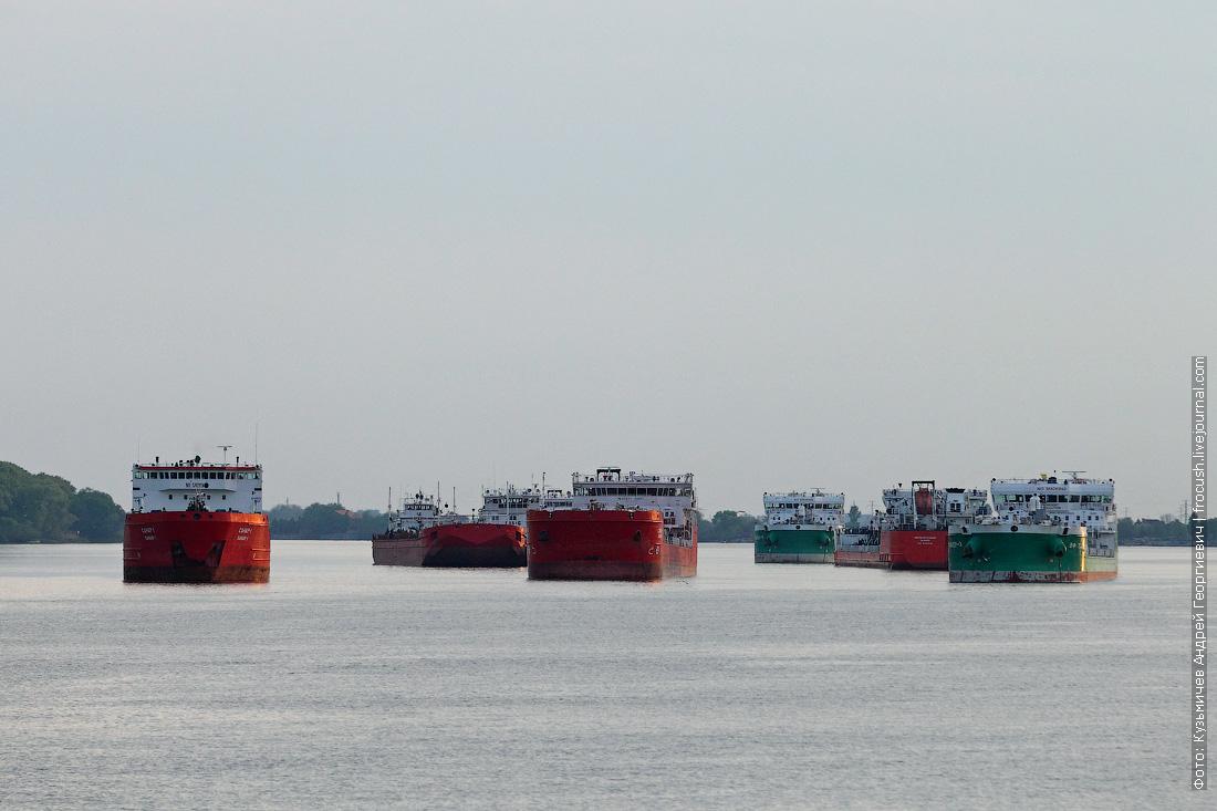 скопление танкеров на рейде перед Азовом