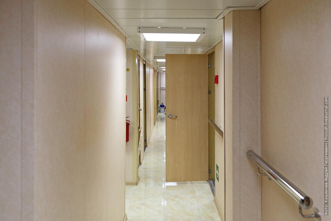 Постоянно открытая дверь в служебные помещения нижней палубы