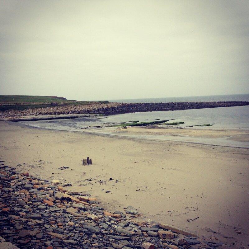Кто-то собирает на пляже около Скара Брэ странные композиции из камней...