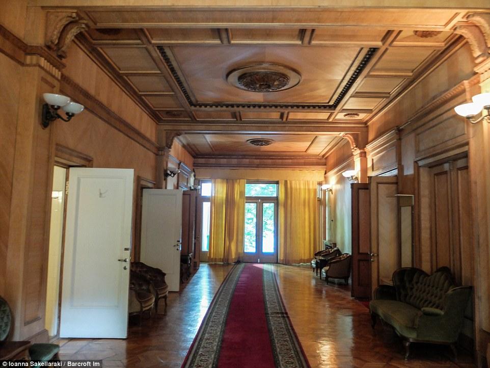 Коридор ведет к двери, выходящей во внутренний дворик.
