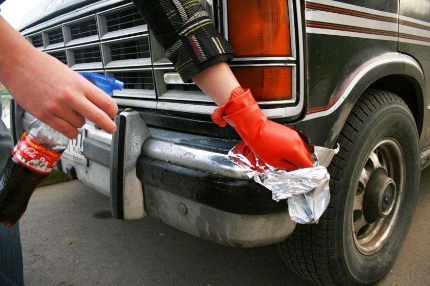 12. Хромированный бампер Чтобы удалить ржавые пятна с хромированного бампера машины, потрите их смят