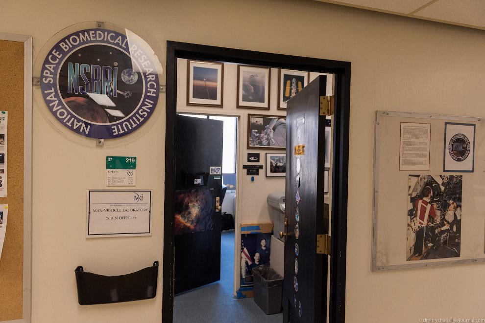 21. В одном из кабинетов я увидел интересную картину и макет космического шаттла, попросил разрешени