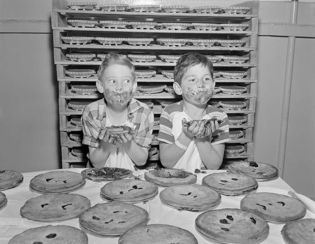 10. 29 ноября 1950 года. Мальчики практикуются перед конкурсом по поеданию пирогов на Лос-Анджелесск