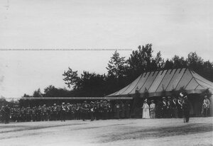 Император Николай II,  члены императорской фамилии и генералитет на параде полка.