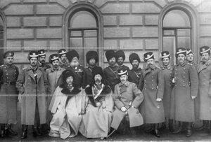 Командир полка генерал-майор граф М.Н.Граббе ( сидит справа)  и генерал С.С.Хабалов с группой офицеров полка.