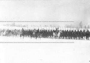 Великий князь Николай Николаевич объезжает полк, выстроившийся для смотра.