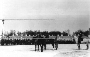 Император Николай II приветствует выстроевшийся для парада конный полк.