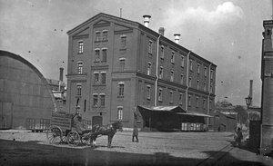 Общий вид здания во дворе фабрики.