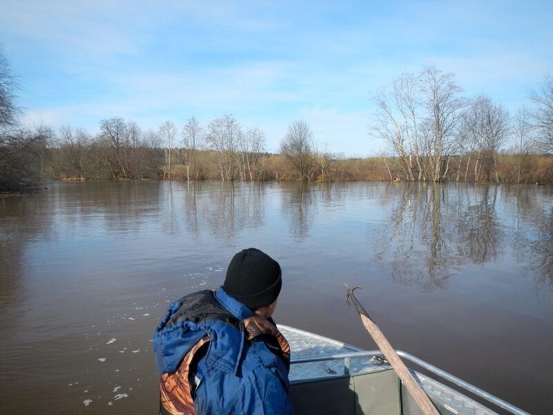 В лодке спасателей: разлившаяся протока и багор