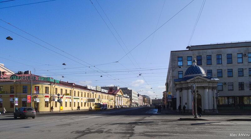Напротив собора расположена часовня святого Александра Невского.