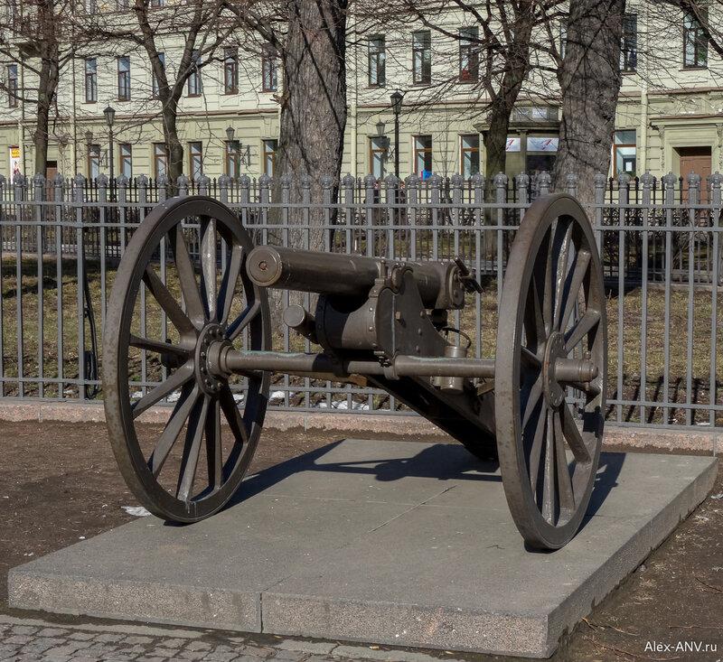 Вокруг колонны расставлены артиллерийские орудия, также захваченные у неприятеля. Не знаю уж, реплика это или оригинал...