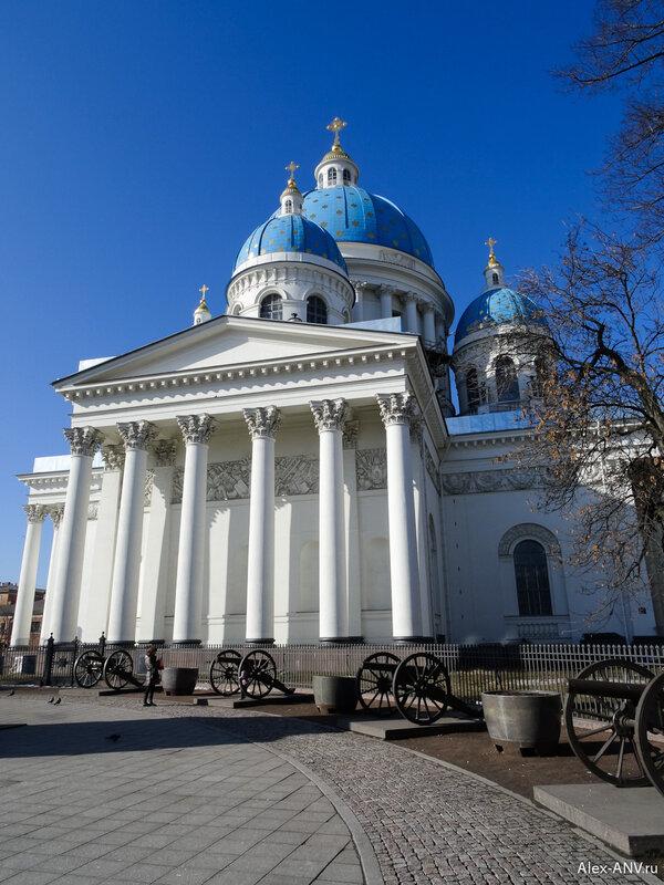 Троице-Измайловский собор и орудия вокруг колонны Славы перед ним.