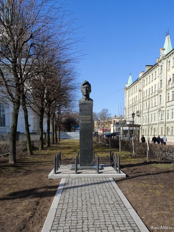 Монумент В. П. Стасову, архитектору собора. Его поставили к 200-летию со дня рождения зодчего.