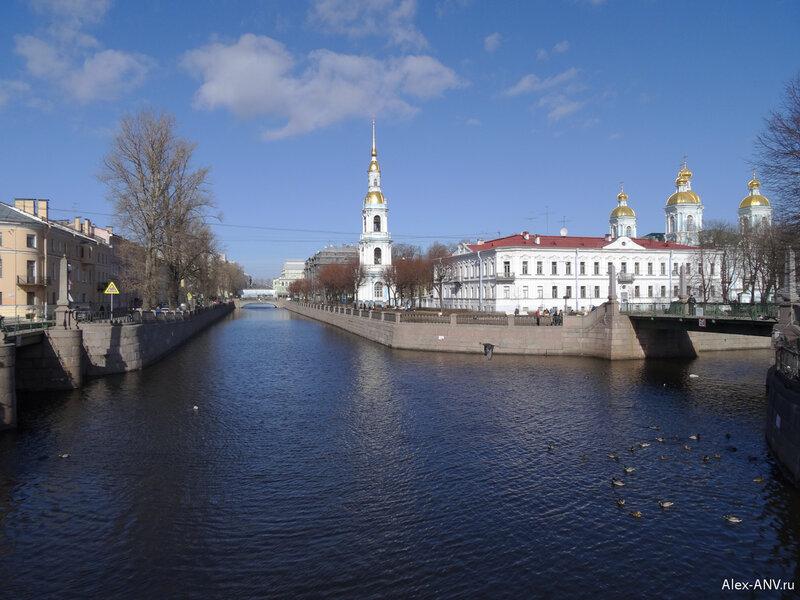 В этом месте пересекаются два канала - Грибоедова и Крюков. Очень красивое место.