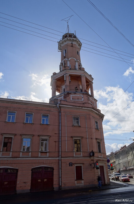 На нижнем ярусе каланчи стоит 'Петрович', манекен пожарного, который установлен во время празднований 200-летия пожарной охраны города.