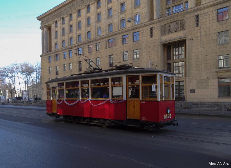 Такому трамваю разворачиваться тоже не нужно. Народу в нём не в пример больше, чем в современном едет.