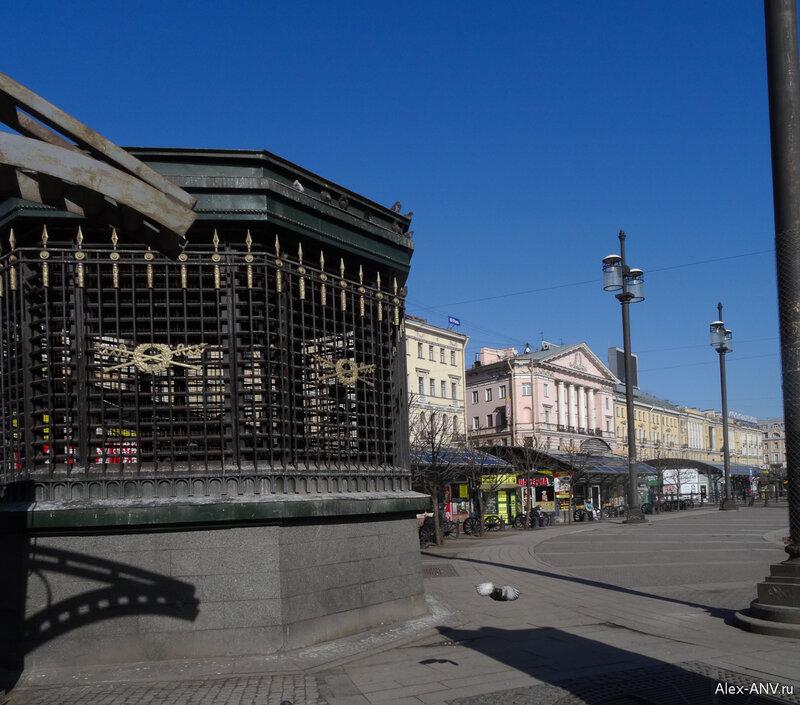 Сенная площадь. Сейчас она густо заставлена павильонами и машинами. На этом фото слева торчит вентиляция метрополитена.