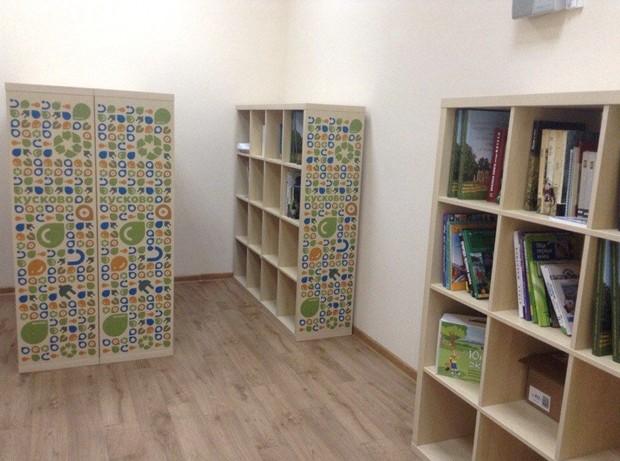 энциклопедиями и детскими книгами об экологии