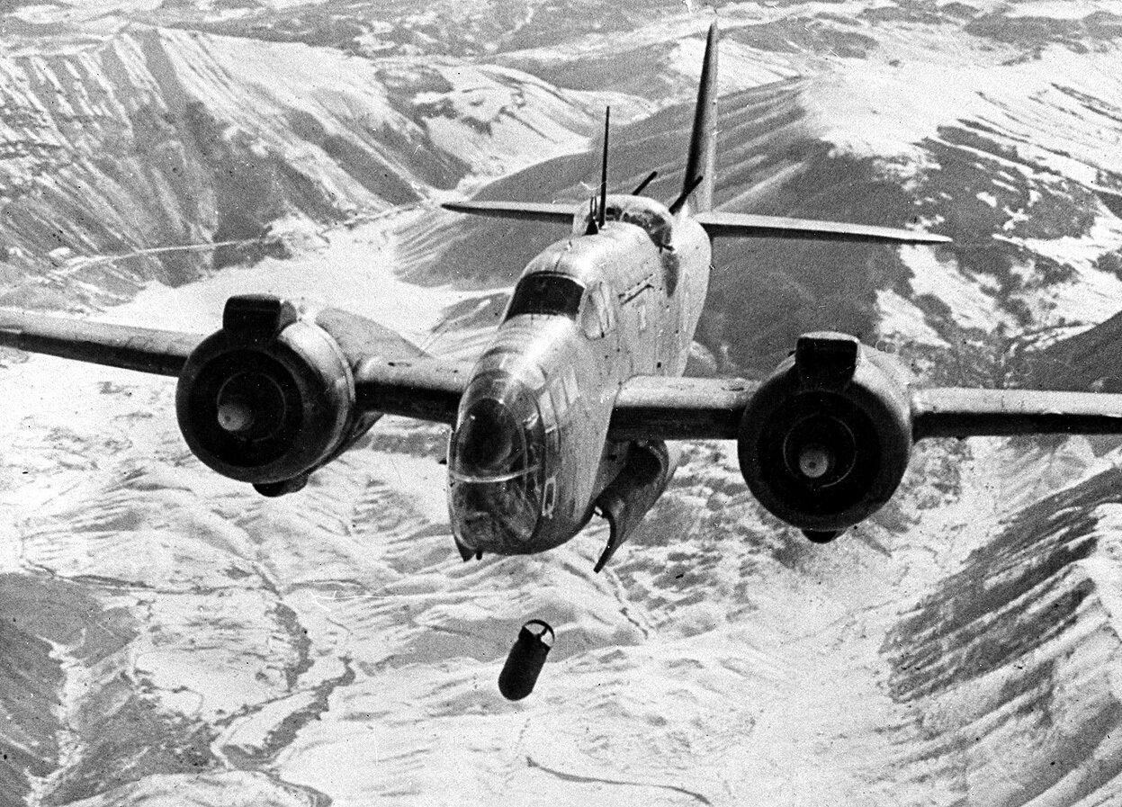 Британский бомбардировщик Мартин «Балтимор» бомбит ж.д. узел в итальянском г. Сульмона.