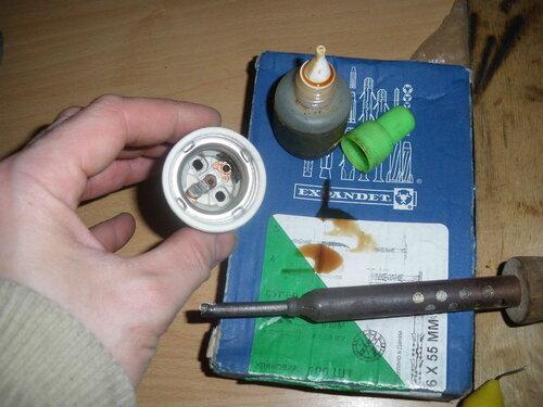 Фото 1. Пайка центрального контакта китайского керамического патрона. Используются жидкая канифоль и припой ПОС-61.