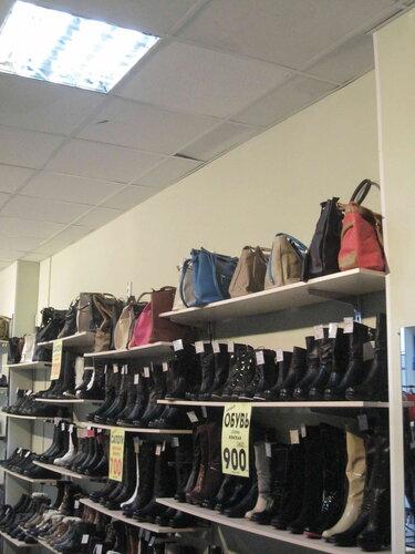 Фото 45. Подсвеченный товар лучше продаётся. Обувь за 900 рублей.