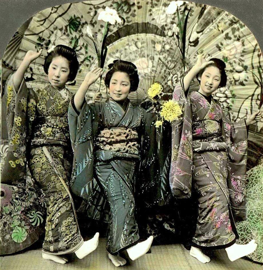 Три танцующие гейши под большим зонтом