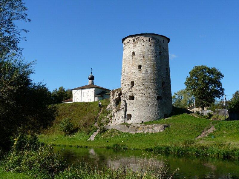 Псков. Гремячая башня и церковь Козьмы и Дамиана с Гремячей горы