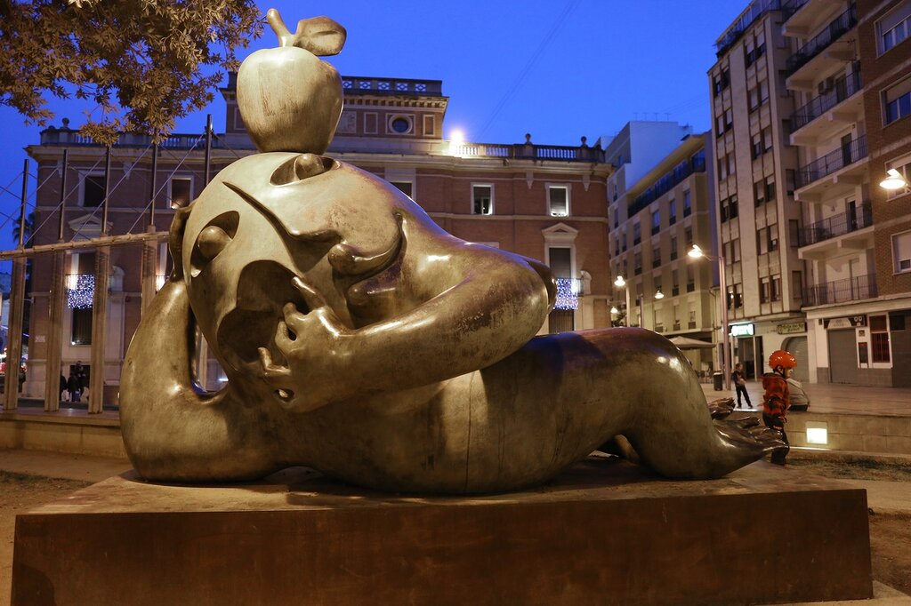Castellon de la Plana,  Кастельон де ла Плана. Скульптура Соблазн (la tentación). Plaza de Aulas
