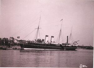 Императорская яхта Полярная звезда под брейд-вымпелом императрицы Марии Федоровны в портовом бассейне.