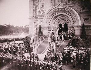 Члены императорской фамилии и сопровождающая их свита выходит из собора за священнослужителями для следования крестным ходом вокруг Морского собора во время его освящения.